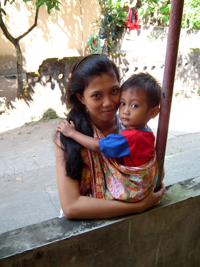 Indonésané věří, že nošení dětem pomáhá budovat pevnější pouto k rodině.